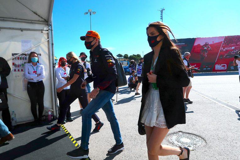 F1   【あなたは何しに?】元F1王者ピケの娘ケリー。フェルスタッペンとともにサーキットに登場