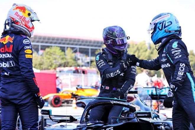 2021年F1第4戦スペインGP 100回目のポールを獲得したルイス・ハミルトン(メルセデス)を祝福するバルテリ・ボッタス(メルセデス)とマックス・フェルスタッペン(レッドブル・ホンダ)