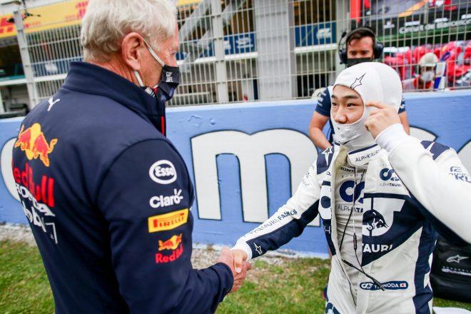 2021年F1第4戦スペインGP スタート前に角田裕毅(アルファタウリ・ホンダ)を激励するヘルムート・マルコ(レッドブル・モータースポーツ・コンサルタント)