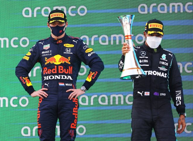 2021年F1第4戦スペインGP 表彰台のマックス・フェルスタッペン(レッドブル・ホンダ)とルイス・ハミルトン(メルセデス)