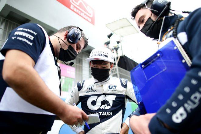 2021年F1第4戦スペインGP スタート前にエンジニアと打ち合わせをする角田裕毅(アルファタウリ・ホンダ)