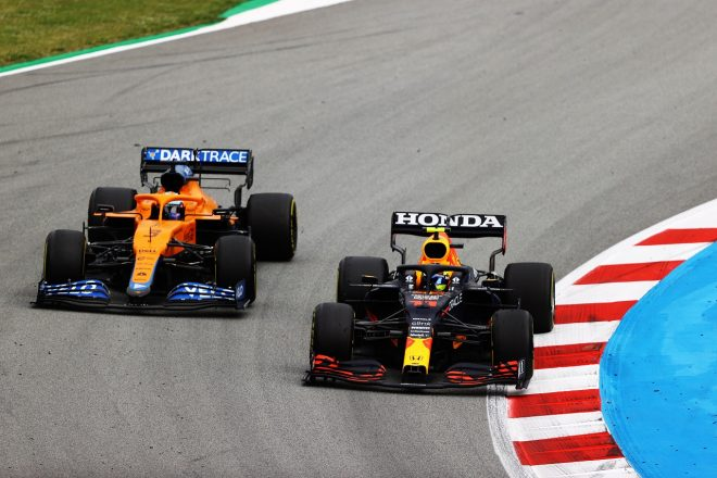 2021年F1第4戦スペインGP セルジオ・ペレス(レッドブル・ホンダ)とダニエル・リカルド(マクラーレン)