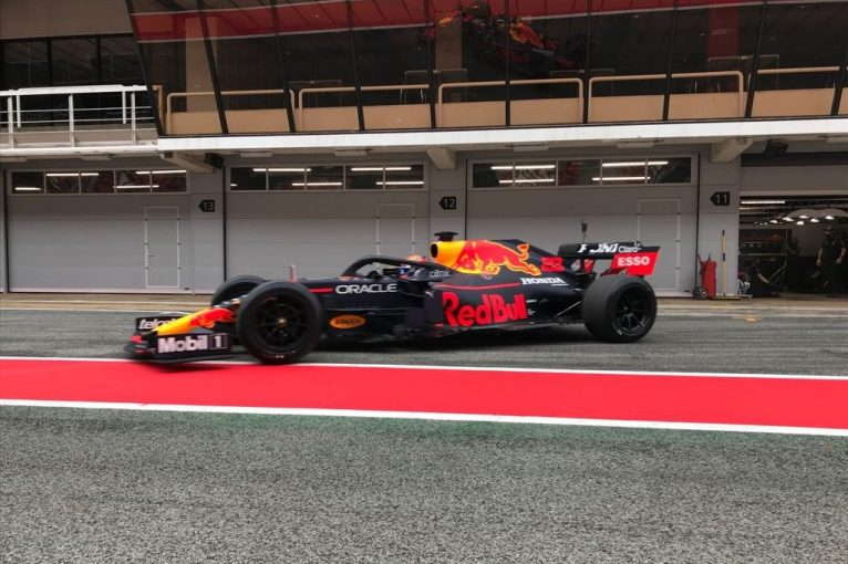 F1 | レッドブルのアルボンが18インチF1タイヤテストに参加。アルファロメオのクビサも走行