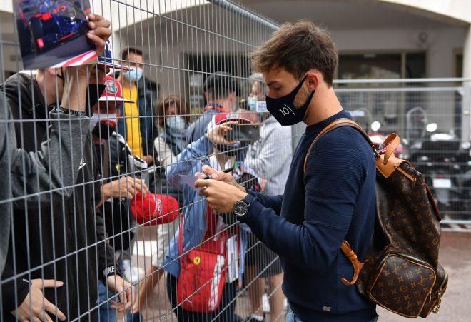 2021年F1第5戦モナコGP ファンのためにサインをするピエール・ガスリー(アルファタウリ・ホンダ)