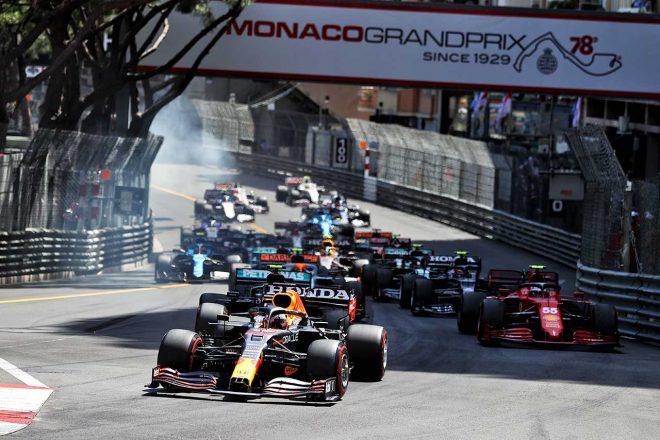 2021年F1第5戦モナコGP 先頭で1コーナーに進入するマックス・フェルスタッペン(レッドブル・ホンダ)