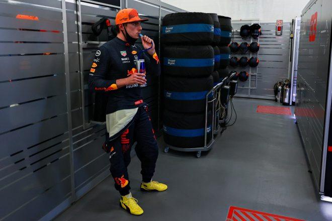 2021年F1第6戦アゼルバイジャンGP セルジオ・ペレスのイエローのシューズを履いたマックス・フェルスタッペン(レッドブル・ホンダ)