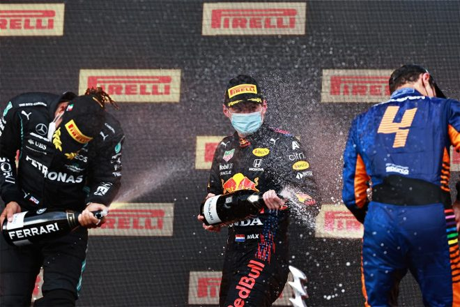 2021エミリア・ロマーニャGP スパークリングファイトを楽しむマックス・フェルスタッペンとルイス・ハミルトン、ランド・ノリス
