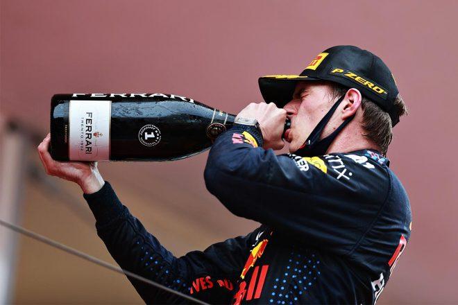 2021モナコGP フェッラーリのスプマンテを飲むマックス・フェルスタッペン