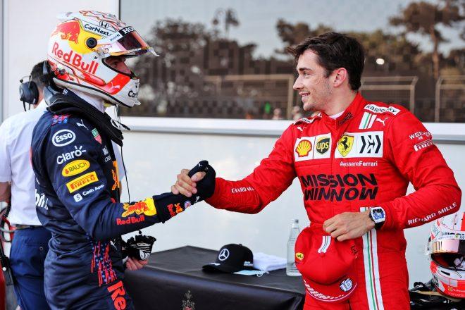2021年F1第6戦アゼルバイジャンGP マックス・フェルスタッペン(レッドブル・ホンダ)がポールのシャルル・ルクレール(フェラーリ)を祝福
