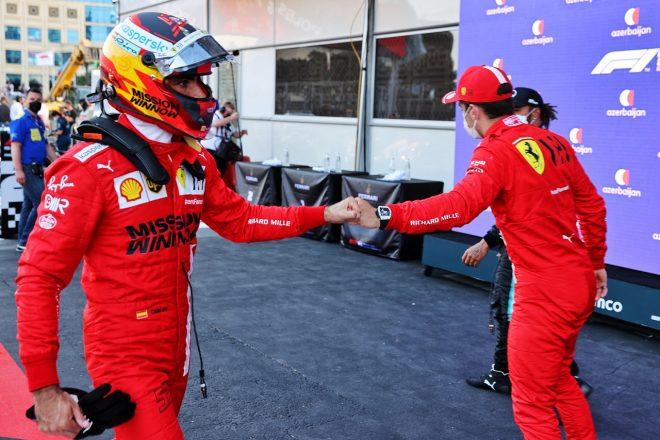 2021年F1第6戦アゼルバイジャンGP カルロス・サインツJr.(フェラーリ)がポールポジション獲得のシャルル・ルクレール(フェラーリ)を祝福