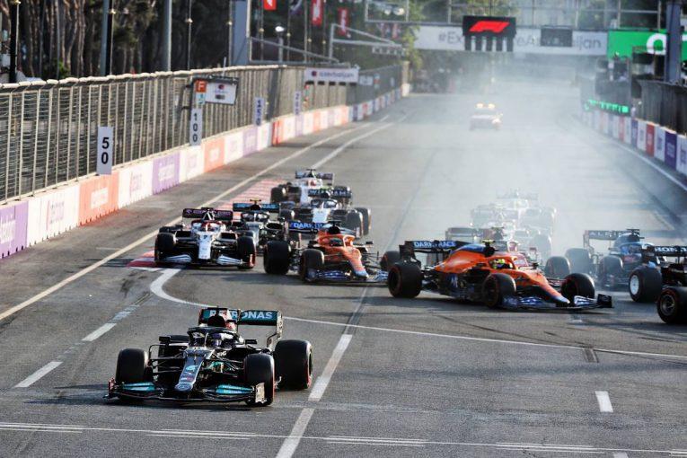 F1   ブレーキのボタン誤操作に落胆するハミルトン。メルセデスF1代表は「あれはミスとは呼べない」と擁護
