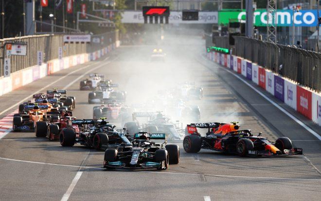 2021年F1第6戦アゼルバイジャンGP リスタート時のセルジオ・ペレス(レッドブル・ホンダ)とルイス・ハミルトン(メルセデス)
