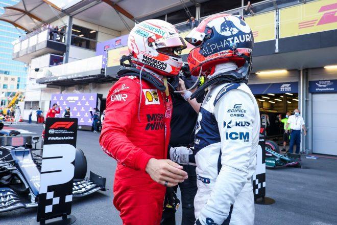 2021年F1第6戦アゼルバイジャンGP レース後、健闘を称えあうピエール・ガスリー(アルファタウリ・ホンダ)とシャルル・ルクレール(フェラーリ)