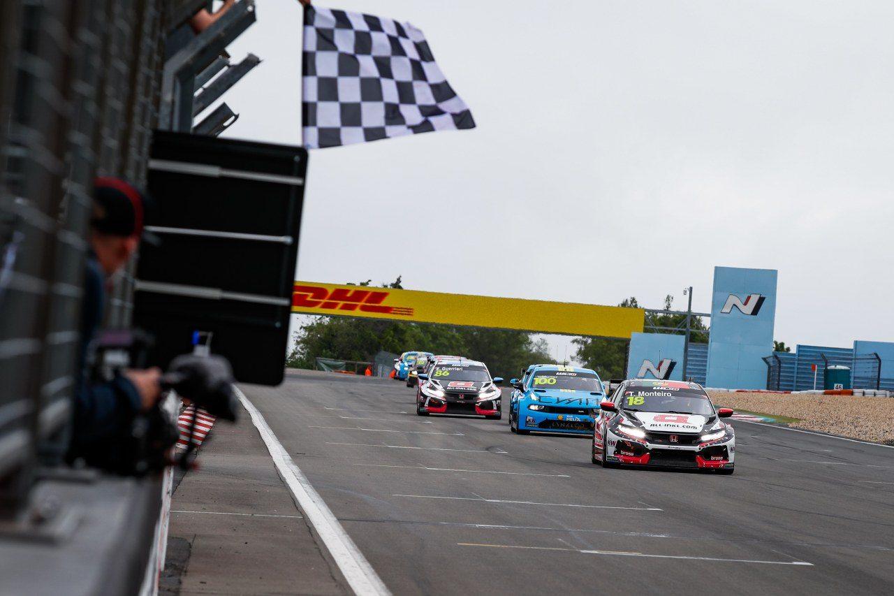 """ニュル24時間併催のWTCR開幕""""ドライ決戦""""は、ホンダのモンテイロが最終周で逆転勝利"""