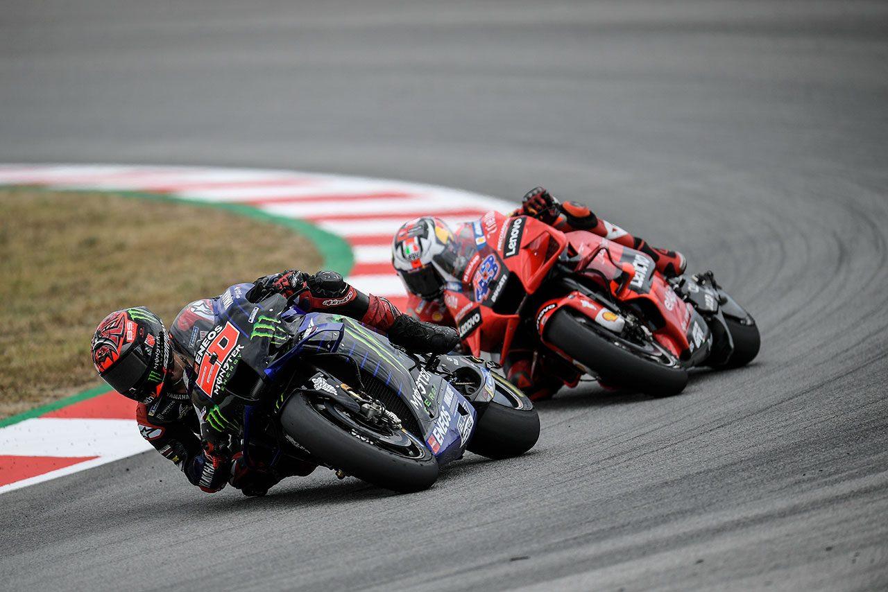 """MotoGPコラム/第7戦カタルーニャGP:クアルタラロに起こったレーシングスーツのアクシデント、そして""""もうひとつのペナルティ""""に呈した疑問"""