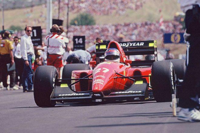 1992年ハンガリーGPでフェラーリ・F92Aをグリッドに進めるジャン・アレジ