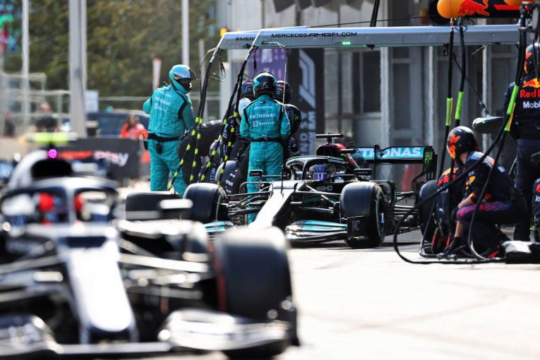 F1   【F1第6戦無線レビュー(1)】「なんで彼らはあんなに前なんだ?」ハミルトン、タイヤ交換後にライバルとの差に愕然
