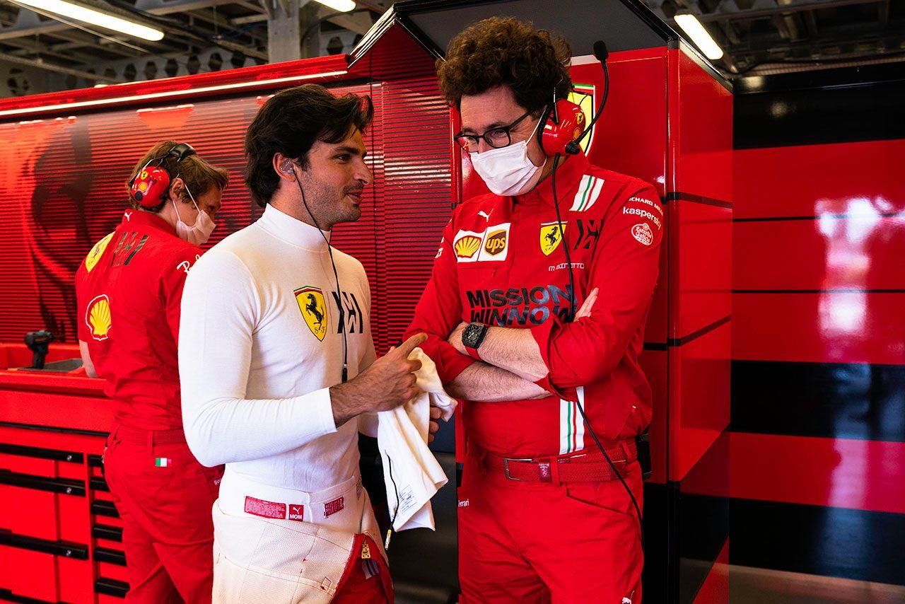 カルロス・サインツJr.(フェラーリ)&マッティア・ビノット(フェラーリ チーム代表)