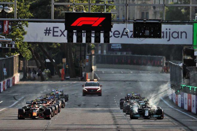 赤旗後の再スタートでフロントブレーキから白煙を上げるルイス・ハミルトン(メルセデス)