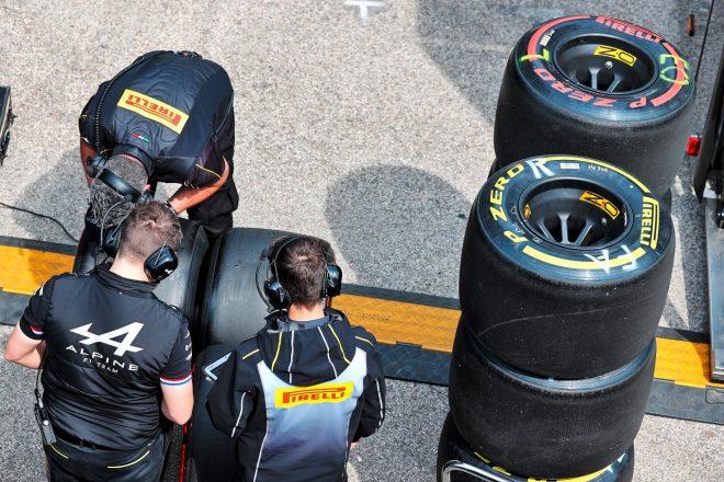 タイヤの準備を行うアルピーヌF1チームとピレリ