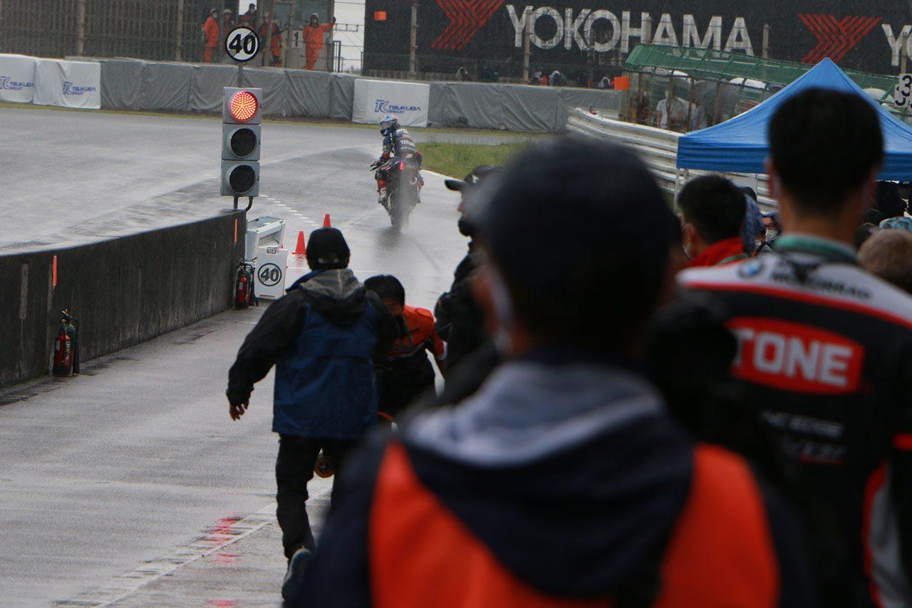 ヤマハのトップ2が転倒の大波乱。榎戸育寛が優勝を飾りホンダ勢が表彰台独占/全日本ロード第4戦筑波 ST1000 レース1
