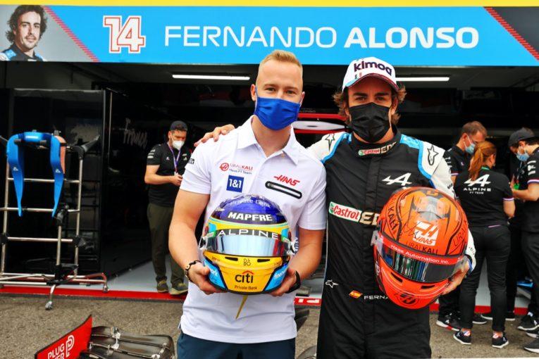 F1 | アロンソ、マゼピンとヘルメットを交換する。犬の鳴き声に喰いつくガスリーほか【SNSピックアップF1第7戦(2)】