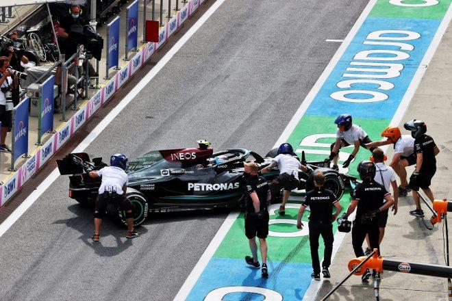 2021年F1第8戦シュタイアーマルクGP FP2でバルテリ・ボッタス(メルセデス)がピットレーンでスピン
