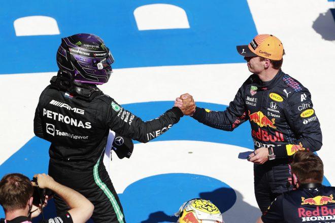 2021年F1第8戦シュタイアーマルクGP 予選後、ポールのマックス・フェルスタッペン(レッドブル・ホンダ)を祝福するルイス・ハミルトン(メルセデス)