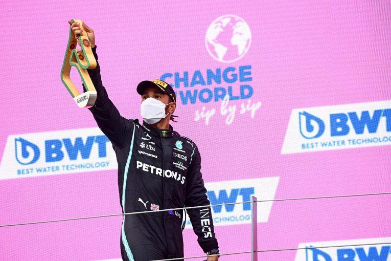 F1   ハミルトン「レッドブルと戦うにはアップグレードが必要」と主張も、メルセデスは来季開発重視の姿勢崩さず/F1第8戦