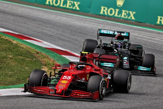 2021年F1第8戦シュタイアーマルクGP カルロス・サインツJr.(フェラーリ)とルイス・ハミルトン(メルセデス)