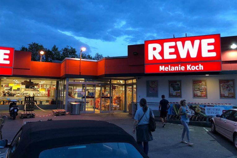 海外レース他   ニュルブルクリンクのお馴染みスーパーマーケットの店主に聞く、サーキットと街の関係