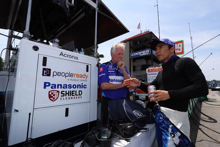 海外レース他   最終ラップで10位を掴んだ佐藤琢磨「最後は前のタイヤから白煙上げながら抜いた」