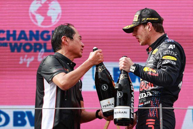 2021年F1第9戦オーストリアGP表彰台 田辺豊治テクニカルディレクターとマックス・フェルスタッペン(レッドブル・ホンダ)