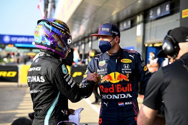 2021年F1第10戦イギリスGP 予選2番手のマックス・フェルスタッペン(レッドブル・ホンダ)と1番手のルイス・ハミルトン(メルセデス)