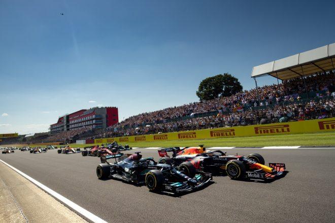 2021年F1第10戦イギリスGP スタート直後のルイス・ハミルトン(メルセデス)とマックス・フェルスタッペン(レッドブル・ホンダ)