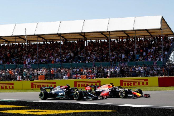 2021年F1第10戦イギリスGP スタート直後のマックス・フェルスタッペン(レッドブル・ホンダ)とルイス・ハミルトン(メルセデス)