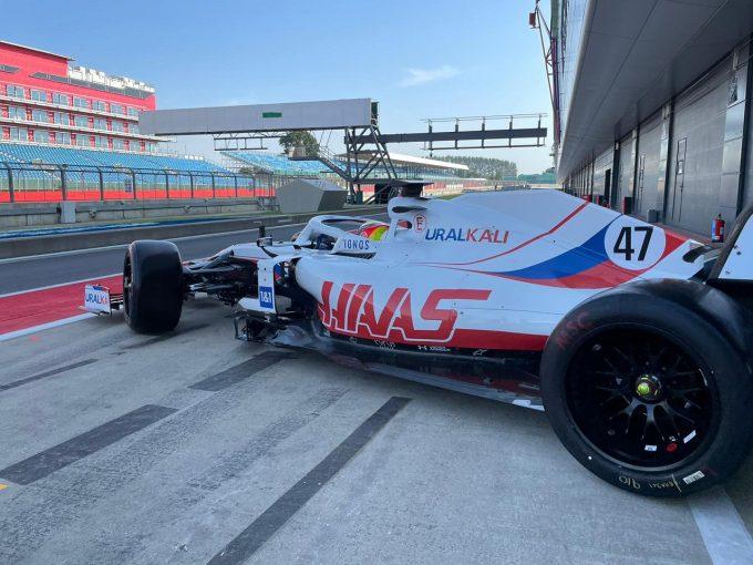 F1 | 18インチF1タイヤテスト:アストンマーティンとハースがそれぞれ100周以上を走行