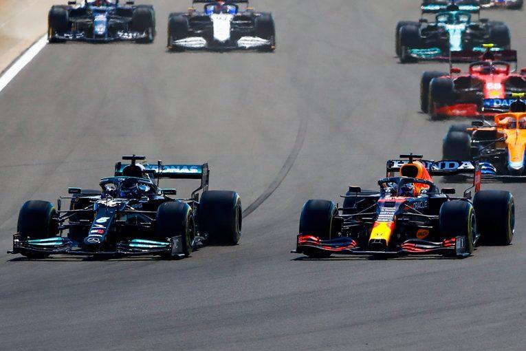F1   クラッシュで0周リタイアを喫したフェルスタッペン。接触の引き金になったハミルトンとのタイム差