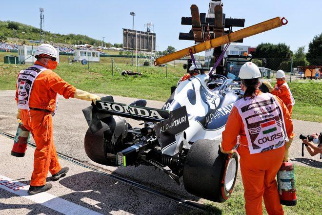 2021年F1第11戦ハンガリーGP クラッシュ後、撤去される角田裕毅(アルファタウリ・ホンダ)のマシン