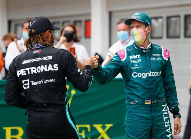 2021年F1第11戦ハンガリーGP決勝後のセバスチャン・ベッテル(アストンマーティン)とルイス・ハミルトン(メルセデス)