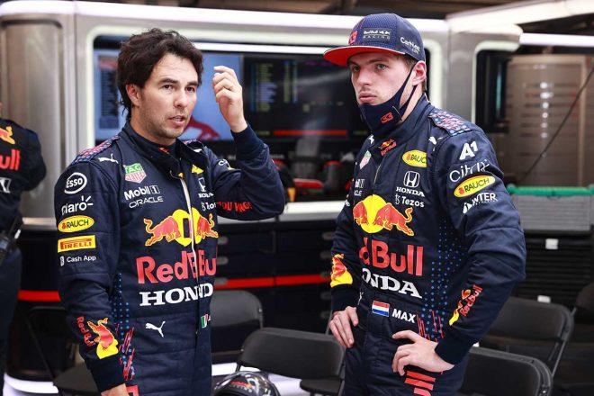 2021年F1第11戦ハンガリーGP 赤旗中に話すセルジオ・ペレスとマックス・フェルスタッペン(レッドブル・ホンダ)