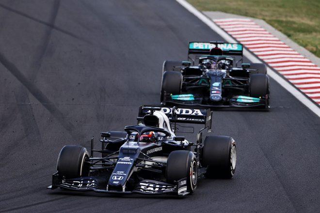 2021年F1第11戦ハンガリーGP ルイス・ハミルトン(メルセデス)と争う角田裕毅(アルファタウリ・ホンダ)