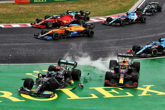 2021年F1第11戦ハンガリーGP スタート直後にバルテリ・ボッタス(メルセデス)とセルジオ・ペレス(レッドブル・ホンダ)が接触
