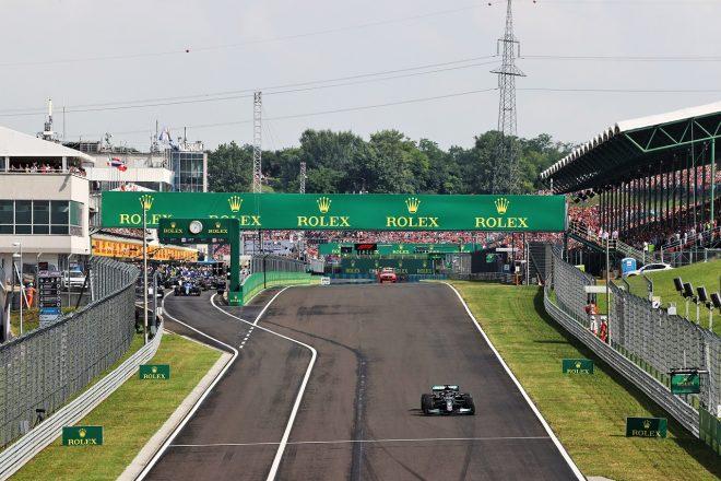 2021年F1第11戦ハンガリーGP リスタートでひとりだけグリッドに向かうルイス・ハミルトン(メルセデス)