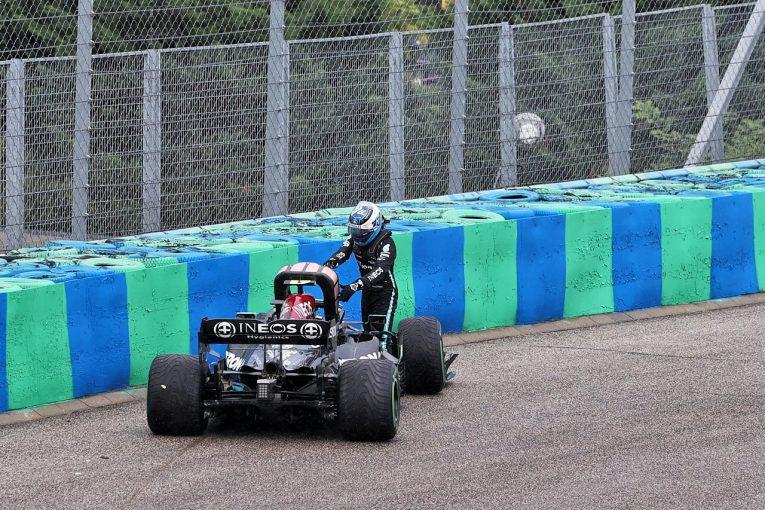 F1   クラッシュのボッタス「ブレーキングポイントの判断を誤った」代表がマクラーレンとレッドブルに謝罪/F1第11戦