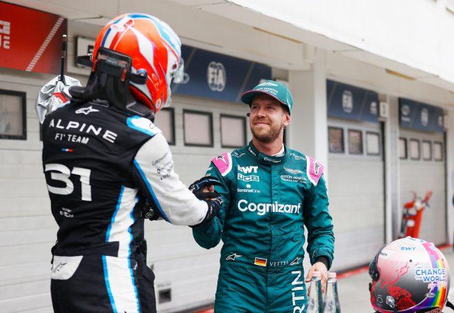 2021年F1第11戦ハンガリーGP決勝後のセバスチャン・ベッテル(アストンマーティン)とエステバン・オコン(アルピーヌ)