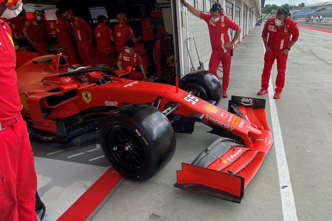 カルロス・サインツ(フェラーリ)が18インチF1タイヤのテスト(ハンガロリンク)
