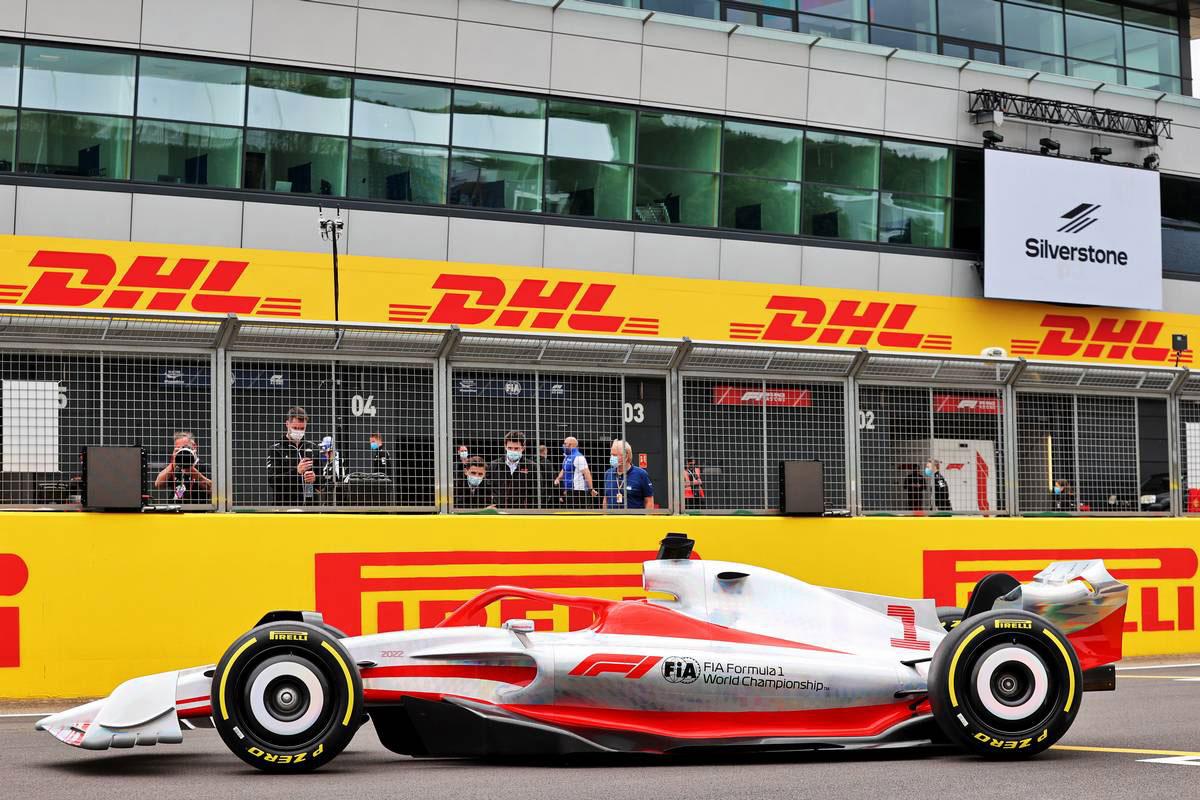 2021年F1第10戦イギリスGPの木曜日に発表された2022年型マシンの実寸大モデル