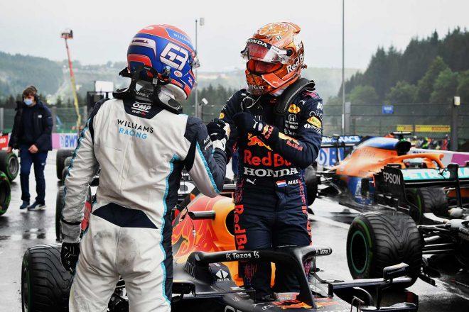 2021年F1第12戦ベルギーGP マックス・フェルスタッペン(レッドブル・ホンダ)と握手するジョージ・ラッセル(ウイリアムズ)