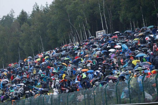2021年F1第12戦ベルギーGP ケメルストレートで観戦するファン
